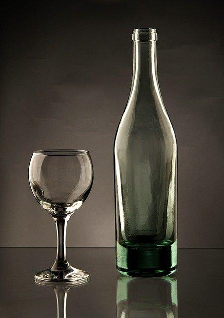 Zdjęcie butelki i kieliszka