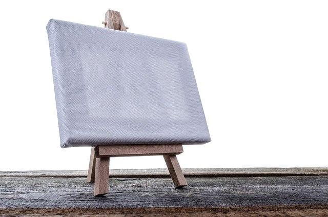zdjęcie przedstawiające płótno malarskie na sztaludze