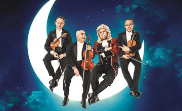 Grafika przedstawiająca artystów Grupy MoCarta siedzących na sierpie księżyca